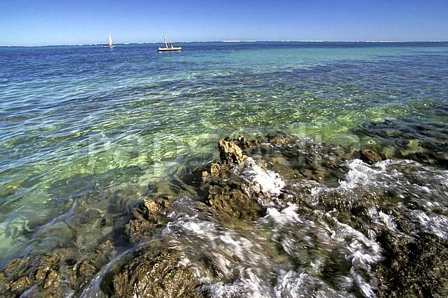 ea2263-31LE : Tsifota.  Afrique, Afrique de l'est, bateau, littoral, ciel bleu, C02, C01 paysage, transport, voyage aventure, mer (Madagascar).
