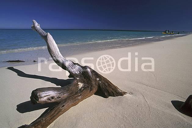 ea2266-32LE : Plage malgache, Côte ouest.  Afrique, Afrique de l'est, littoral, ciel bleu, plage, C02, C01 paysage, voyage aventure, mer (Madagascar).