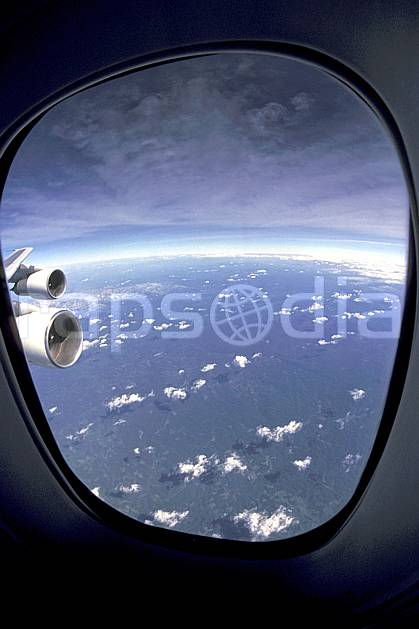 ea2280-30LE : Vol au dessus de Madagascar.  Afrique, Afrique de l'est, avion, ciel voilé, vue aérienne, C02, C01 nuage, paysage, voyage aventure (Madagascar).