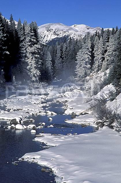 ea2386-31LE : Entre Banff et Lake Louise, Alberta.  Amérique du nord, Amérique, ciel bleu, sapin, C02, C01 paysage, rivière, voyage aventure (Canada).