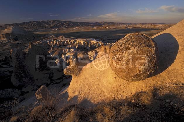ea2658-25LE : Anatolie Centrale, Cappadoce.  Europe, bloc, ciel voilé, érosion, C02, C01 désert, paysage, voyage aventure (Turquie).