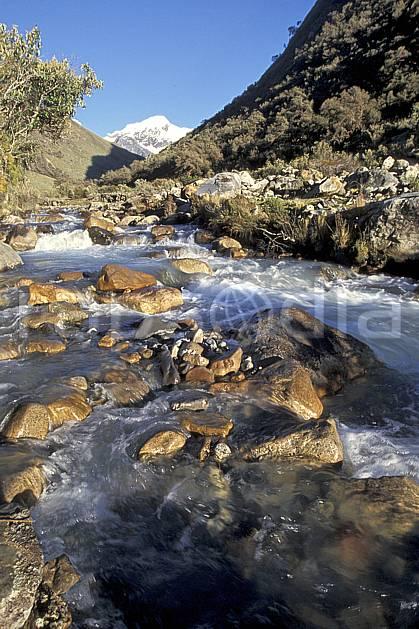 ea2719-24LE : Quebrada Carhuascancha.  Amérique du sud, Amérique Latine, ciel bleu, C02, C01 paysage, rivière, voyage aventure (Pérou).