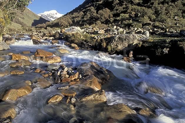 ea2719-27LE : Quebrada Carhuascancha.  Amérique du sud, Amérique Latine, ciel bleu, C02, C01 paysage, rivière, voyage aventure (Pérou).