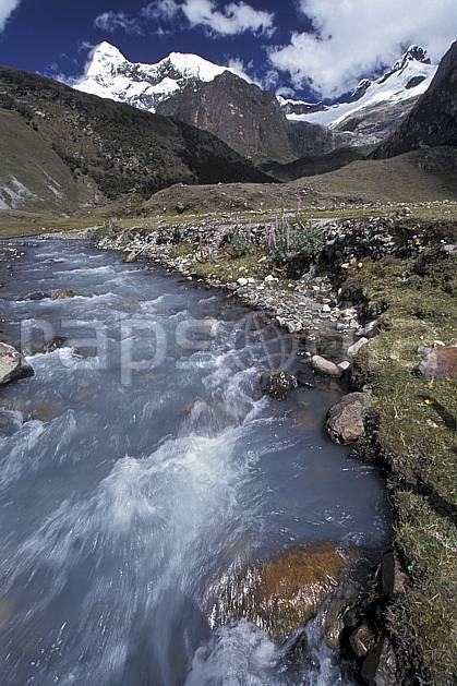 ea2721-03LE : Au pied du Huantsan, 6 395 m.  Amérique du sud, Amérique Latine, ciel nuageux, C02, C01 paysage, rivière, voyage aventure (Pérou).
