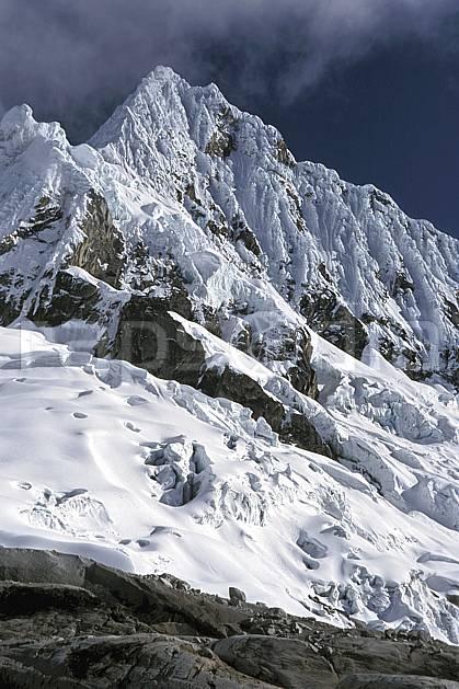 ea2728-18LE : Cordillère Blanche, Alpamayo, 5 947 m, Versant Est.  Amérique du sud, Amérique Latine, ciel nuageux, C02, C01 paysage, voyage aventure (Pérou).