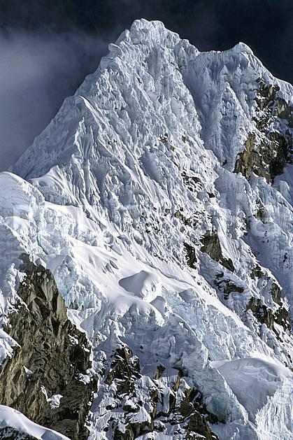 ea2728-25LE : Cordillère Blanche, Alpamayo 5947 m, Versant Est.  Amérique du sud, Amérique Latine, ciel nuageux, falaise, C02, C01 paysage, voyage aventure (Pérou).