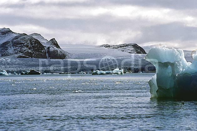 ea2760-04LE : Svalbard, Kongsfjorden, Glacier de Blomstrand.  Europe, CEE, littoral, ciel nuageux, iceberg, C02, C01 paysage, voyage aventure, mer (Norvège).