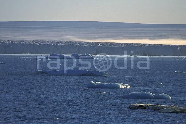 ea2771-32LE : Svalbard, Ile de Nordaustlandet côte sud, Le glacier Austfonna.  Europe, CEE, ciel voilé, évasion, iceberg, espace, pureté, C02, C01 paysage, voyage aventure, mer (Norvège).