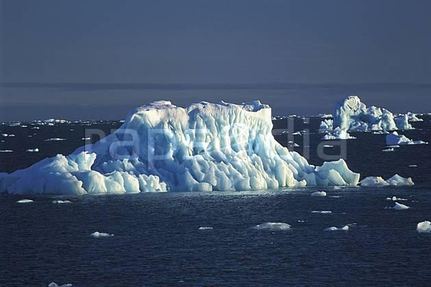 ea2771-39LE : Svalbard, Ile de Nordaustlandet côte sud, Iceberg.  Europe, CEE, évasion, iceberg, espace, pureté, C02, C01 paysage, voyage aventure, mer (Norvège).