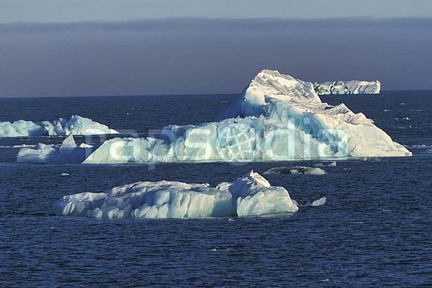 ea2772-32LE : Svalbard, Ile de Nordaustlandet côte sud, Icebergs.  Europe, CEE, ciel nuageux, évasion, iceberg, espace, pureté, C02, C01 paysage, voyage aventure, mer (Norvège).