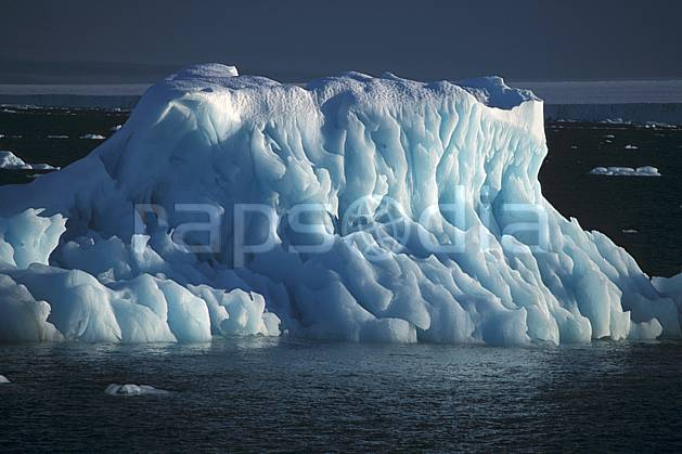 ea2775-03LE : Svalbard, Ile de Nordaustlandet côte sud, Iceberg.  Europe, CEE, ciel voilé, iceberg, C02, C01 paysage, voyage aventure, mer, gros plan (Norvège).