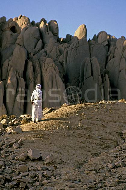 eb0365-05LE : Massif du Hoggar, Sahara.  Afrique, Afrique du nord, ciel bleu, djellaba, falaise, C02, C01 désert, homme, personnage, voyage aventure (Algérie).