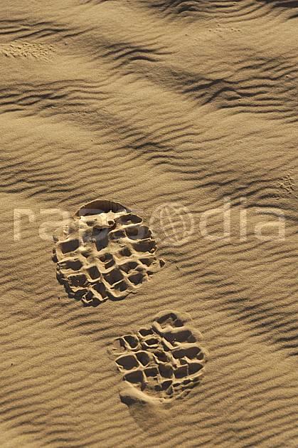 eb063684LE : Désert du Sud Tunisien, au sud de Douz, Trace de pas dans les dunes de sable.  Afrique, Afrique du nord, trace, pas, pied, chaussure, C02, C01 désert, paysage, personnage, voyage aventure (Tunisie).