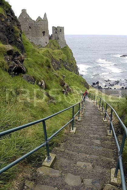 eb071874LE : Escalier, Dunluce Castle, Bushmills, Ulster (Irlande du Nord). randonnée pédestre,  trek Europe, CEE, sport, rando, loisir, action, sport de montagne, littoral, pierre, escalier, château, C02 enfant, famille, femme, mer, patrimoine, personnage, voyage aventure (Irlande Royaume-Uni).