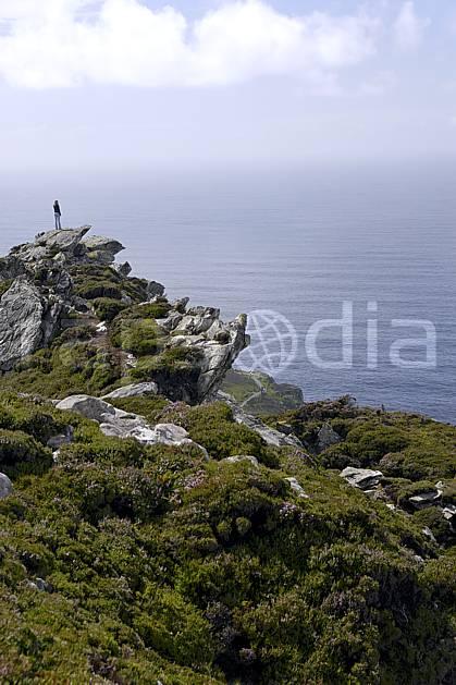 eb072020LE : Bruyères et falaises de Slieve League, Donegal.  Europe, CEE, littoral, falaise, C02 femme, mer, personnage, voyage aventure (Irlande).