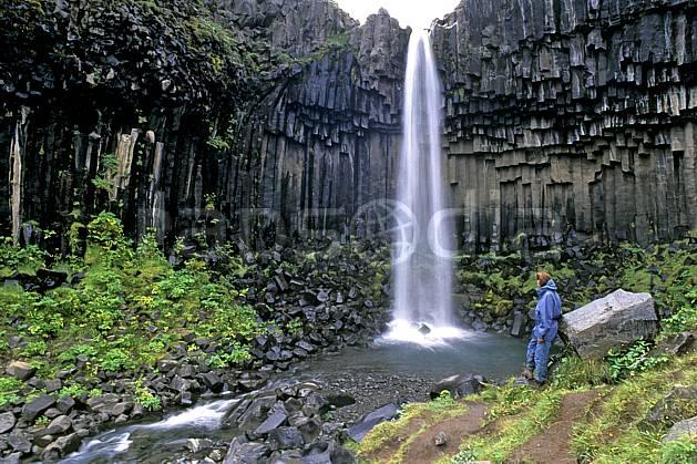 eb1028-24LE : Skaftafell, Chute de Svartifoss. trek ONU, OTAN, sport, loisir, action, sport aquatique, glisse, fort débit, gros débit, herbe, C02, C01 cascade, femme, personnage, voyage aventure (Islande).