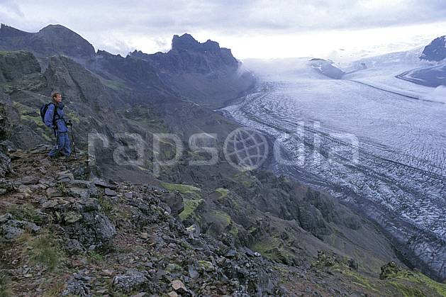 eb1031-25LE : Skaftafell, Le Vatnajökull. trek ONU, OTAN, sport, loisir, action, sport aquatique, glisse, ciel nuageux, glacier, mauvais temps, C02, C01 femme, personnage, voyage aventure (Islande).