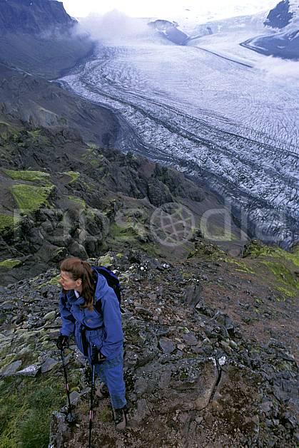 eb1031-27LE : Skaftafell, Le Vatnajökull. trek ONU, OTAN, sport, loisir, action, sport aquatique, glisse, glacier, mauvais temps, C02, C01 femme, personnage, voyage aventure (Islande).