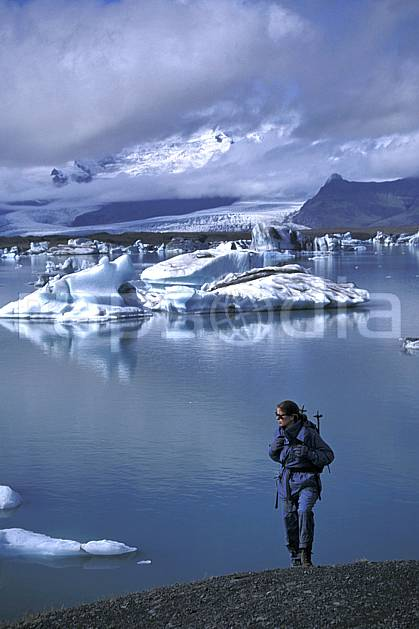 eb1033-30LE : Jokulsarlon. trek ONU, OTAN, sport, loisir, action, sport aquatique, glisse, littoral, ciel nuageux, iceberg, repos, C02, C01 mer, paysage, personnage, voyage aventure (Islande).