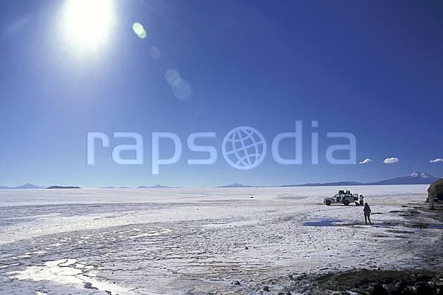 eb1219-25LE : Désert de sel, Uyuni, Sud Lipez. trek Amérique du sud, Amérique Latine, Amérique, sport, loisir, action, sport aquatique, glisse, ciel bleu, désert de sel, repos, C02, C01 désert, paysage, personnage, soleil, voyage aventure (Bolivie).