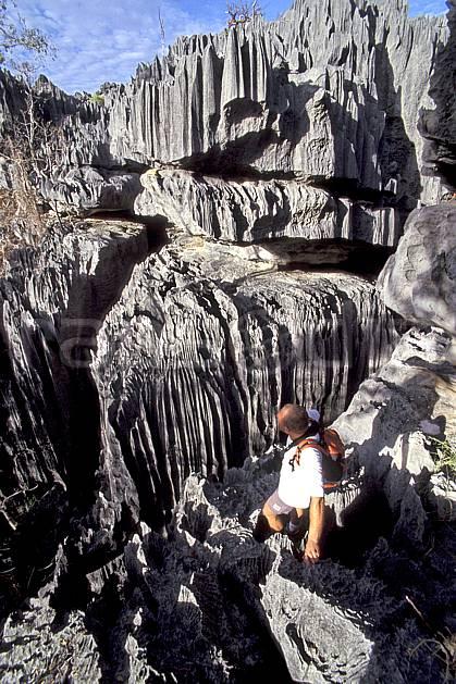 eb2272-21LE : Tsingy de Bemaraha.  Afrique, Afrique de l'est, tsingy, C02, C01 homme, personnage, voyage aventure (Madagascar).