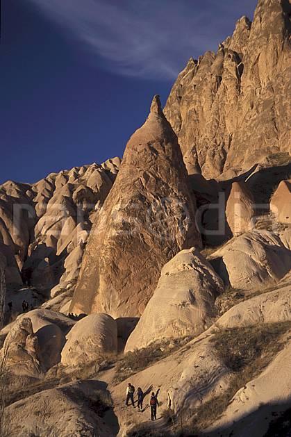 eb2657-32LE : Anatolie Centrale, Cappadoce. randonnée pédestre,  trek Europe, sport, rando, loisir, action, sport de montagne, sentier, ciel bleu, falaise, C02, C01 groupe, moyenne montagne, paysage, personnage, voyage aventure (Turquie).
