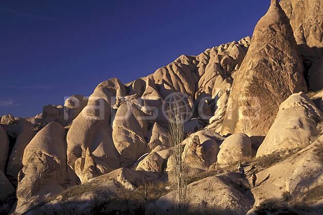 eb2657-33LE : Anatolie Centrale, Cappadoce. randonnée pédestre,  trek Europe, sport, rando, loisir, action, sport de montagne, ciel bleu, falaise, C02, C01 groupe, moyenne montagne, paysage, personnage, voyage aventure (Turquie).