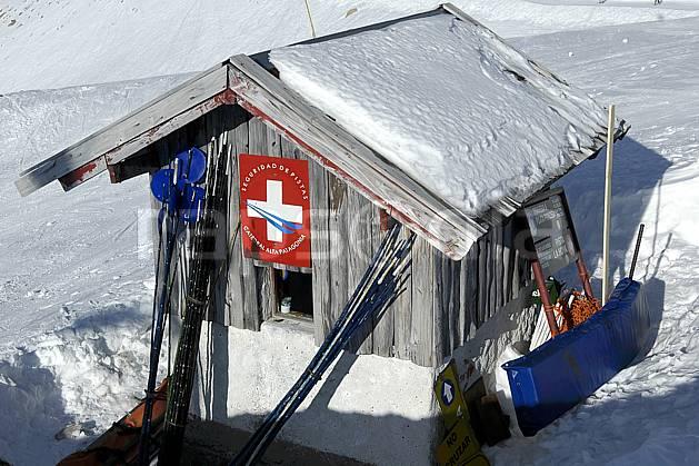 ee054621LE : Cabane de pisteurs, Cerro Catedral, Bariloche, Patagonie. ski de piste Amérique du sud, Amérique Latine, Amérique, sport, loisir, action, glisse, sport de montagne, sport d'hiver, ski, station de ski, cabane, sécurité, C02, C01 environnement, moyenne montagne, voyage aventure (Argentine).