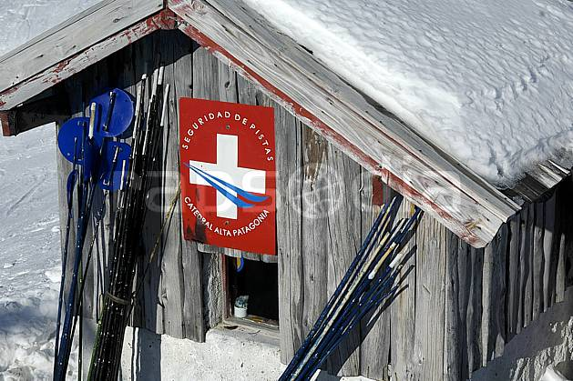 ee054622LE : Cabane de pisteurs, Cerro Catedral, Bariloche, Patagonie. ski de piste Amérique du sud, Amérique Latine, Amérique, sport, loisir, action, glisse, sport de montagne, sport d'hiver, ski, station de ski, cabane, sécurité, C02, C01 environnement, moyenne montagne, voyage aventure (Argentine).