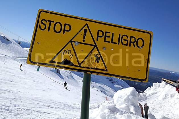 ee054625LE : Panneaux de signalisation des pistes, Cerro Catedral, Bariloche, Patagonie. ski de piste Amérique du sud, Amérique Latine, Amérique, sport, loisir, action, glisse, sport de montagne, sport d'hiver, ski, station de ski, signalisation, C02, C01 environnement, moyenne montagne, paysage, voyage aventure (Argentine).