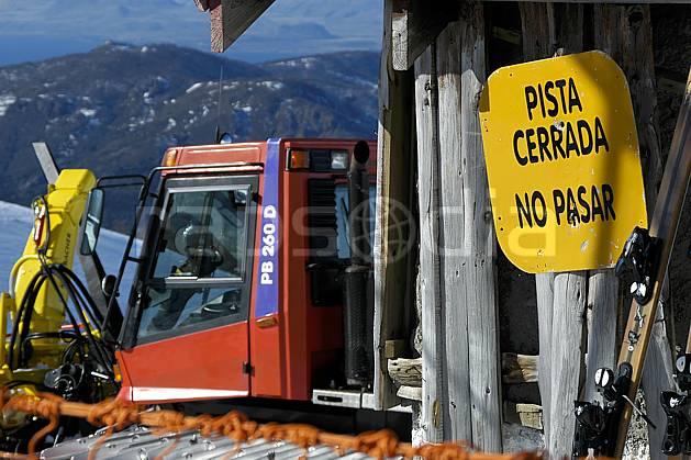 ee054628LE : Dameuse, Cerro Catedral, Bariloche, Patagonie. ski de piste Amérique du sud, Amérique Latine, Amérique, sport, loisir, action, glisse, sport de montagne, sport d'hiver, ski, station de ski, signalisation, ratrack, C02, C01 environnement, moyenne montagne, paysage, voyage aventure (Argentine).