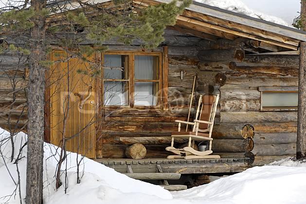 ee061262LE : Chalet en rondins à Kakslauttanen, Laponie.  Europe, CEE, cabane, cabane, chaise, C02, C01 environnement, habitation, voyage aventure (Finlande).