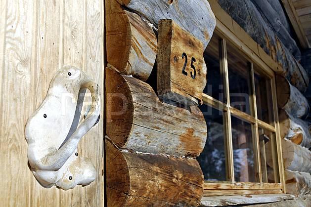 ee061275LE : Poignée de porte en bois et chalet en rondins à Kakslauttanen, Laponie.  Europe, CEE, cabane, cabane, C02, C01 environnement, habitation, voyage aventure (Finlande).
