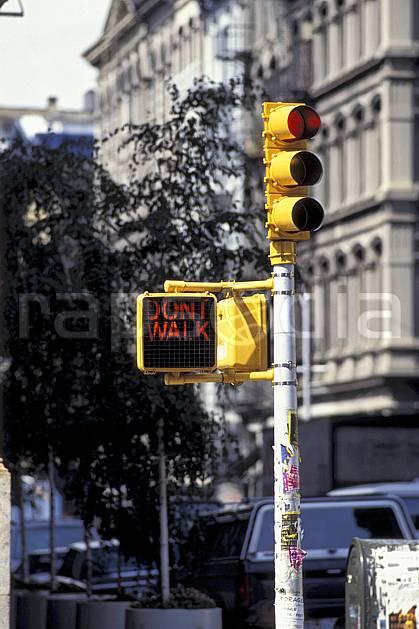 ee0634-36LE : Feu rouge, Manhattan, Ville de New York.  Amérique du nord, immeuble, building, C02, C01 environnement, voyage aventure (Usa).
