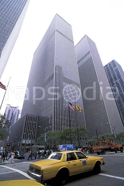 ee0636-18LE : Taxi dans Manhattan, Ville de New York.  Amérique du nord, building, ciel voilé, immeuble, route, voiture, C02, C01 environnement, habitation, transport, voyage aventure (Usa).