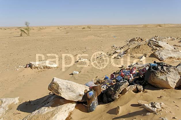 ee063717LE : Désert du Sud Tunisien, au sud de Douz, Poubelles à l'abandon, pollution.  Afrique, Afrique du nord, dune, C02, C01 désert, environnement, voyage aventure (Tunisie).