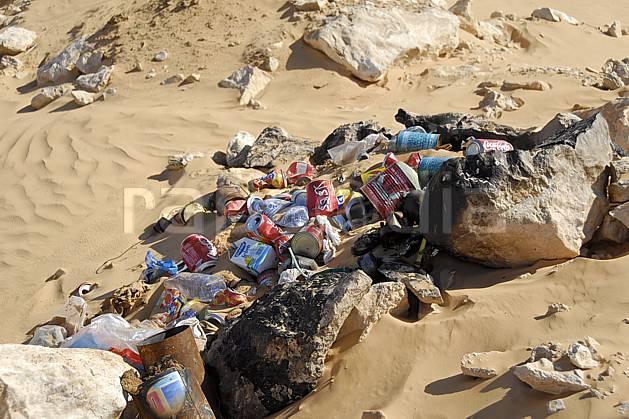 ee063718LE : Désert du Sud Tunisien, au sud de Douz, Poubelles à l'abandon, pollution.  Afrique, Afrique du nord, dune, C02, C01 désert, environnement, voyage aventure (Tunisie).