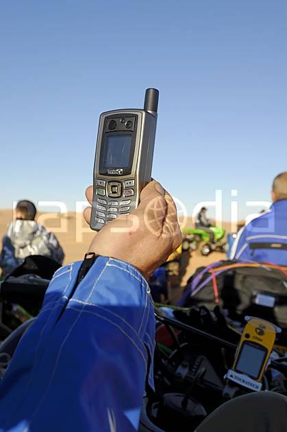 ee063767LE : Téléphone satellite. quad Afrique, Afrique du nord, sport, loisir, action, sport mécanique, dune, C02, C01 désert, environnement, homme, matériel, personnage, voyage aventure (Tunisie).