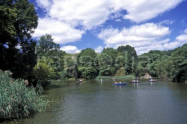ee0639-09LE : Central Park, Manhattan, Ville de New York.  Amérique du nord, bateau, ciel nuageux, C02, C01 environnement, lac, transport, voyage aventure (Usa).