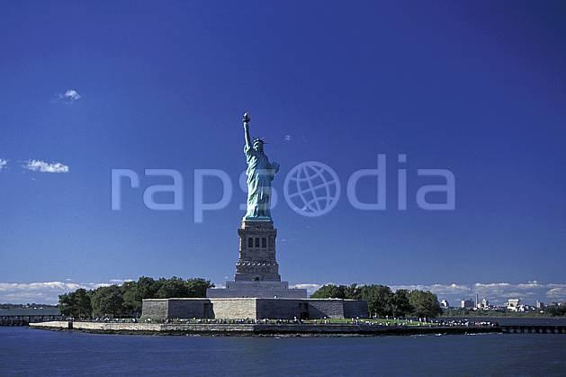ee0639-22LE : La statue de la liberté, Ellis Island, Ville de New York.  Amérique du nord, littoral, ciel bleu, statue, C02 environnement, patrimoine, voyage aventure, mer (Usa).