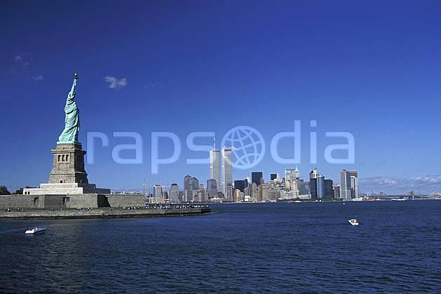 ee0639-26LE : La statue de la liberté, Ellis Island, Ville de New York.  Amérique du nord, littoral, building, ciel bleu, immeuble, statue, C02 environnement, habitation, patrimoine, voyage aventure, mer (Usa).