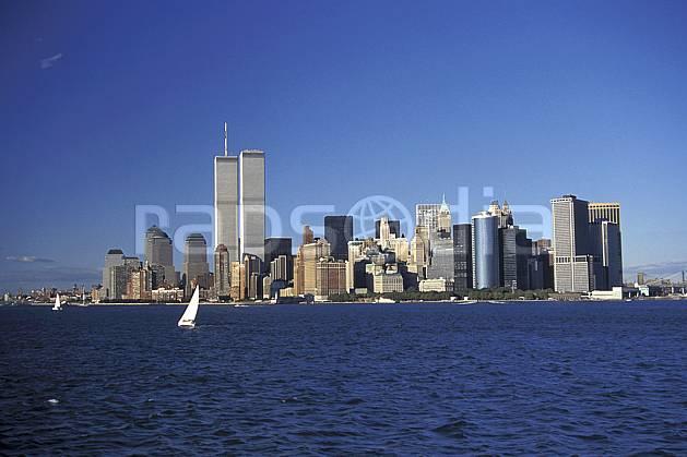 ee0640-06LE : Manhattan, Ville de New York.  Amérique du nord, bateau, littoral, building, ciel bleu, immeuble, C02, C01 environnement, habitation, transport, voyage aventure, mer (Usa).