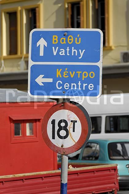 ee064123LE : Ile de Kalymnos, Pothia, Panneau indicateur.  Europe, CEE, ville, village, rue, signalisation, île, C02, C01 environnement, paysage, transport, voyage aventure (Grèce).