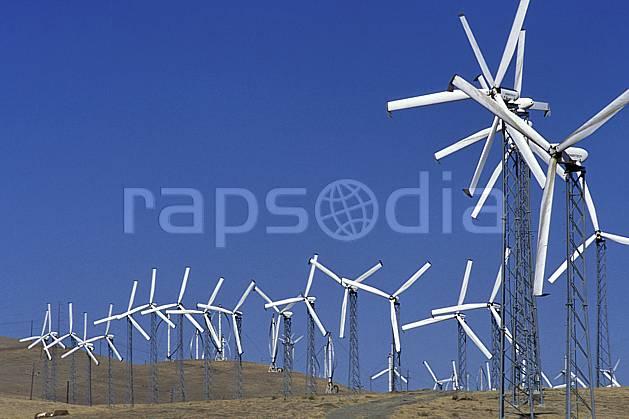 ee0671-34LE : Champ d'Éoliennes près de San Francisco, Californie.  Amérique du nord, ciel bleu, éolienne, herbe, C02, C01 environnement, voyage aventure (Usa).