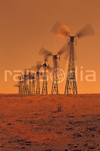 ee0672-15LE : Champ d'Eoliennes près de San Francisco, Californie.  Amérique du nord, antenne, désert, C02, C01 désert, environnement, transport (Usa).