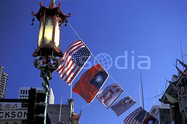 ee0672-24LE : Chinatown, San Francisco, Californie.  Amérique du nord, ciel bleu, drapeau, C02, C01 environnement, voyage aventure (Usa).