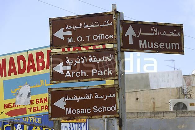 ee070384LE : Ville de Madaba.  Moyen Orient, ville, signalisation, signalisation, C02 désert, environnement, voyage aventure (Jordanie).