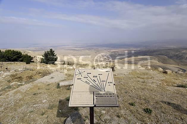 ee070389LE : Depuis le Mont Nebo, vue sur la vallée du Jourdan.  Moyen Orient, table, d'orientation, panorama, C02 désert, environnement, paysage, voyage aventure (Jordanie).