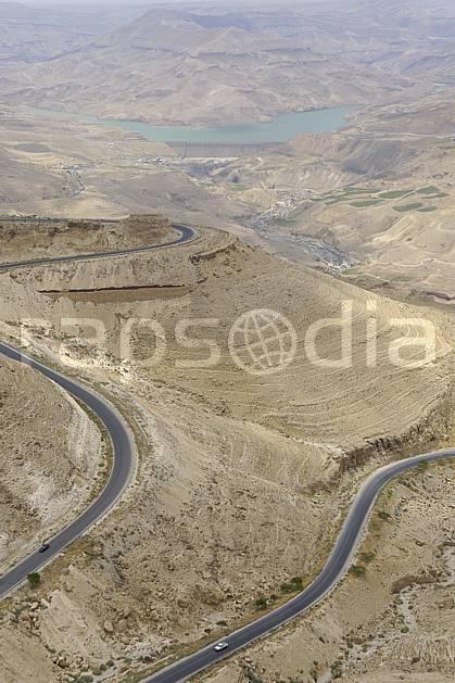 ee070398LE : Route tortueuse.  Middle Orient, road, valley desert, environment, lake, middle mountain, landscape, transportation, adventure trip (Jordan).