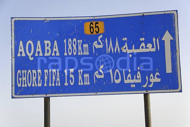 ee070723LE : Panneau indicateur routier.  Moyen Orient, signalisation, C02 désert, environnement, transport, voyage aventure (Jordanie).